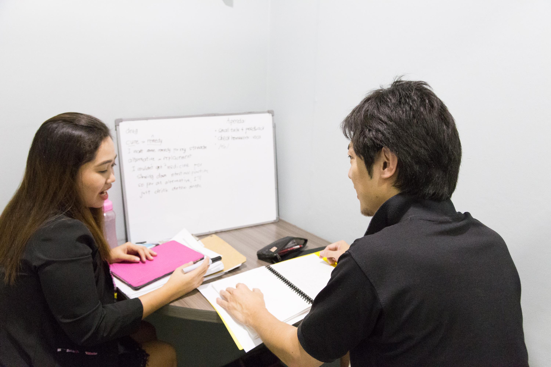 マンツーマンレッスンで、普段は忙しいパパ・ママも集中して英語学習に励む!
